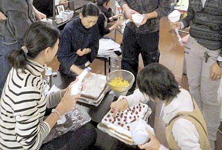 座布団サイズのケーキが2つ。