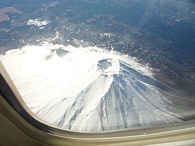 飛行機から富士山が見えた。