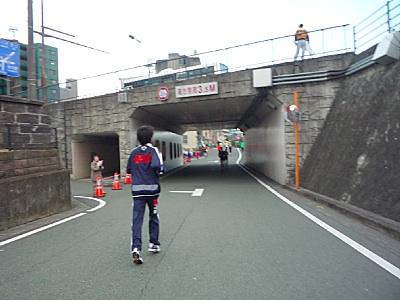 路地の先の、いつもは人気のないトンネル。
