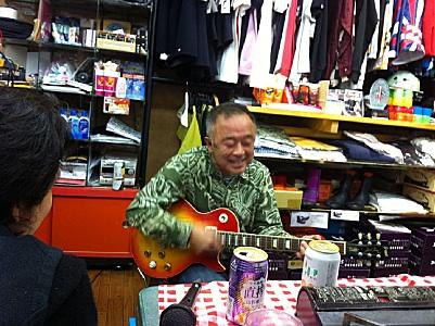 お店のマスターが弾き語り始めた。
