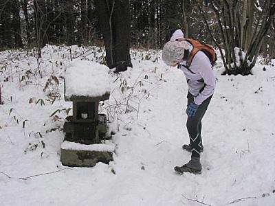 雪の中の祠は味わい深い。