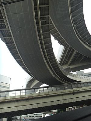 世田谷あたり、4階建ての首都高。
