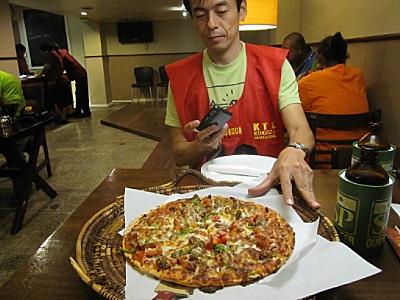 中の大きさのピザ。