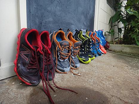 到着したランナーの靴が並ぶ。手前がワタシの。