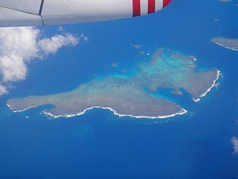 珊瑚礁の無人島が次々と現れた。