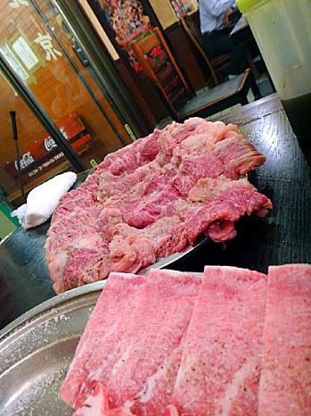 はみ出す牛肉。