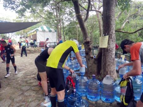ポンプ式の水が便利。