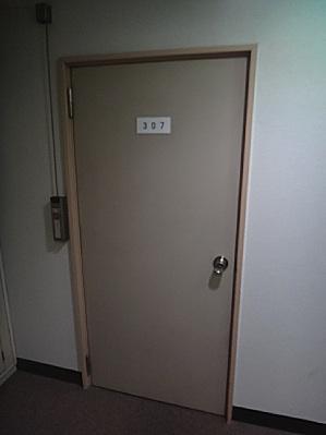 ヤスヤスホテルのドア。男子寮的な佇まい。
