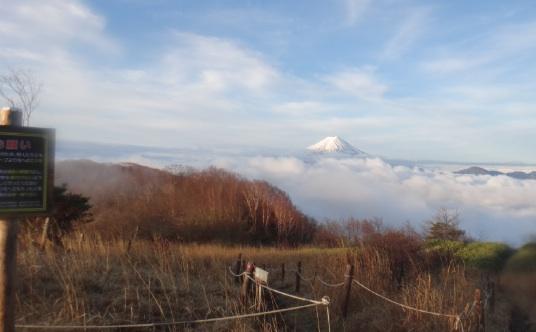 雲海の上に富士山、朝5時。
