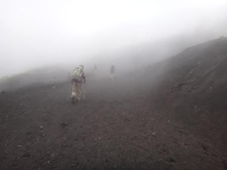 霧が立ち込める登り始め