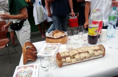 祭りのテーブル。斬新なサンドイッチ