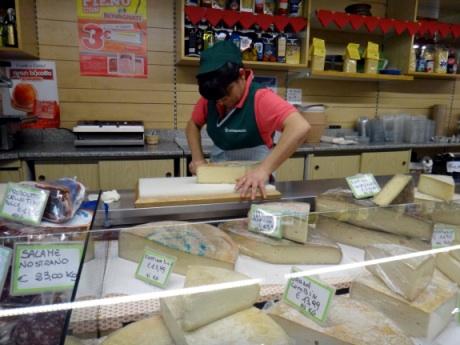 フォンティナチーズの切り売り