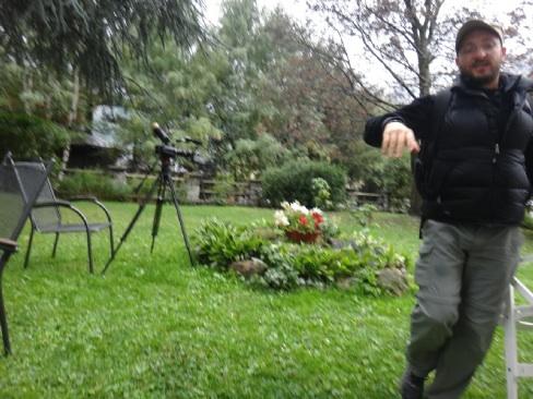 中庭で撮影の準備中
