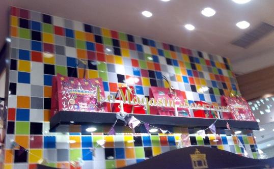フツーのタイルだけど、並べ方だけでポップになっとる。渋谷の婦人服店の壁にて。