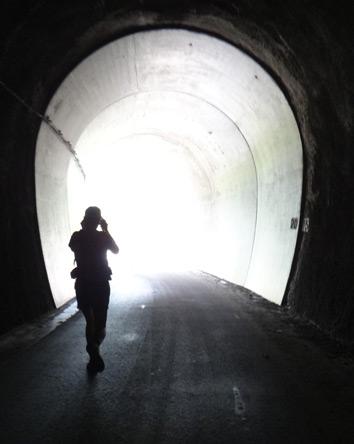 真っ暗で長いトンネルがあった