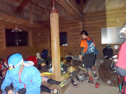 三頭山避難小屋は大盛況