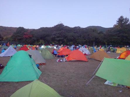 朝のグランドのテント村
