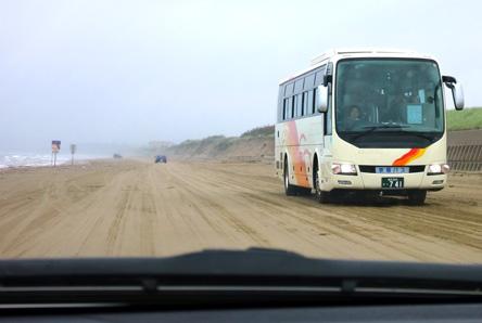 日本唯一の砂浜のドライブウェイ