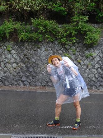 雨のためゴミ袋をかぶってます