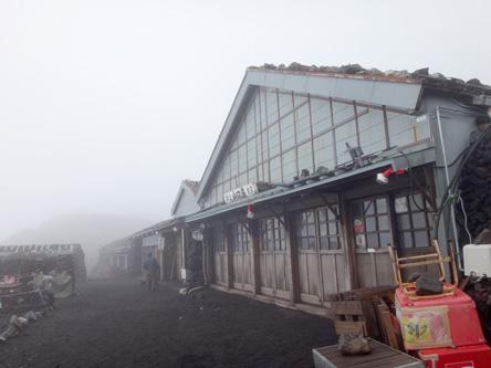 山頂の山小屋も開店休業中
