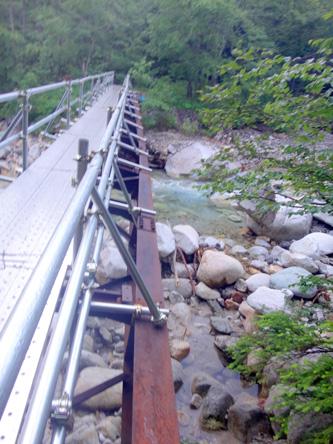 崩れかけた橋の上に橋が架けてある。