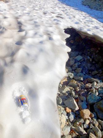 プレモルを雪渓で冷やす