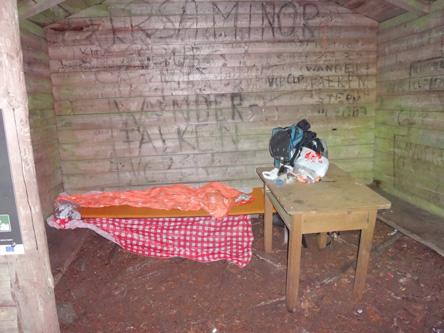 避難小屋でも当然眠る
