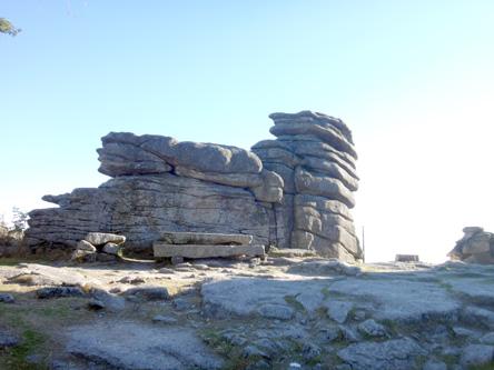 山頂にはこの岩