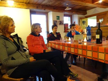 山小屋でミーティング