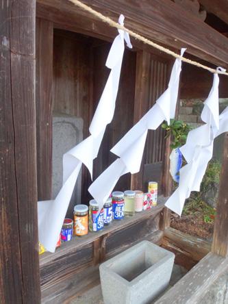 神社の祠に、未開封の酒たくさん