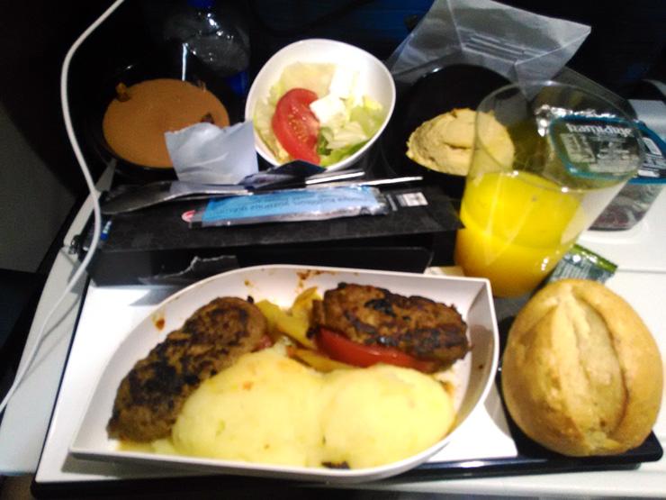 機内食はトルコミートでラム風味。