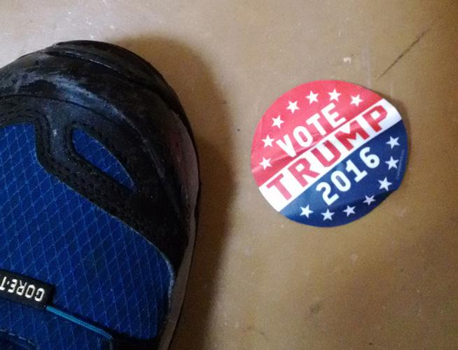 ドアの前に落ちてた。投票を頼みに来たのかw