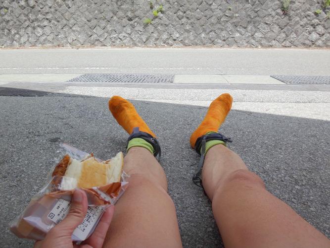 柳沢峠でメンチカツパンを食す