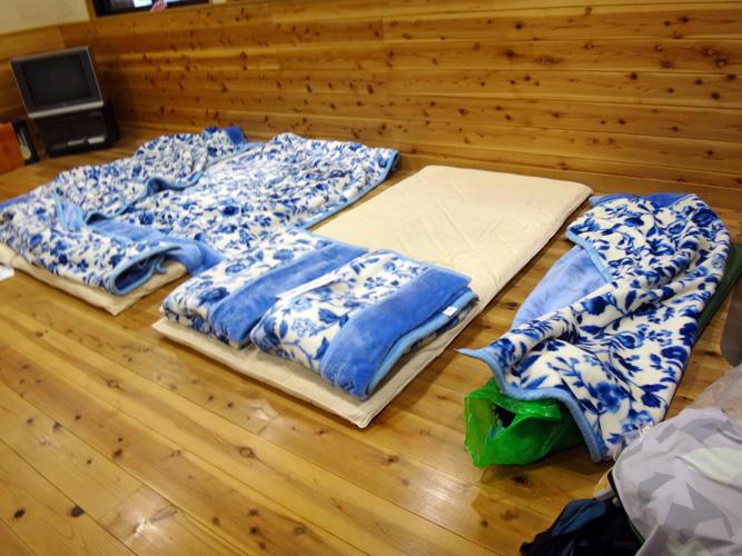 3人で2枚の布団はヤダということで、ワタシはエアマットで寝る