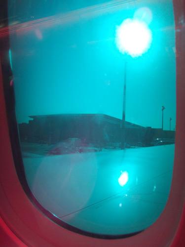 変な色の窓と思ったら液晶シェードでした