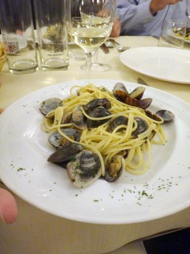 ボンゴレパスタ。イタリア人は誰もスプーン使わず。