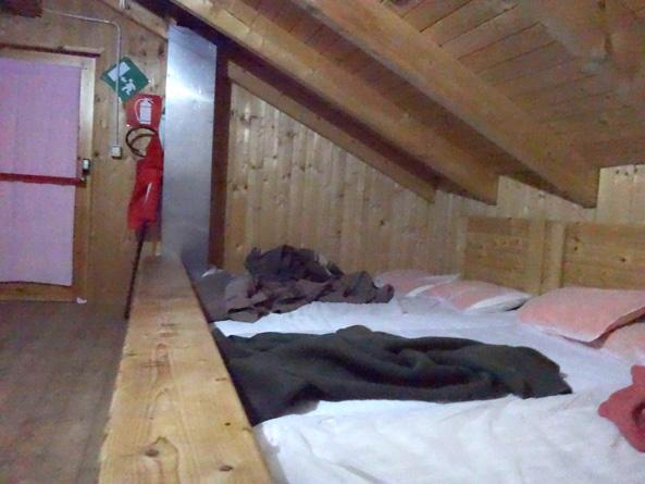 屋根裏みたいな寝床