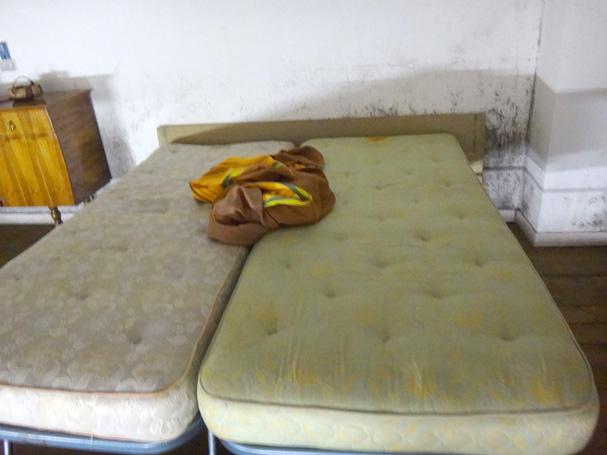汚いーベッド。でも心地よし