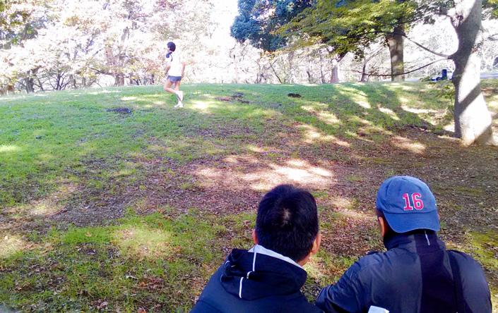丘の駆け上がりと下りを撮る