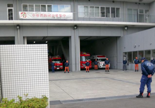 昨年と同時刻に通ったので、ことしも体操中の消防署。