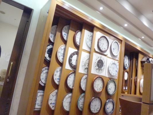 掛け時計はこうやって展示するのね(^o^)