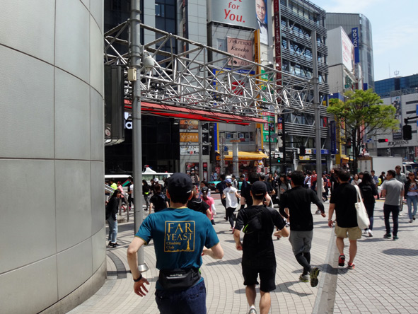 一斉に渋谷のスクランブル交差点へ