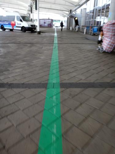 オークランド空港では、緑の線を辿っていくと国内線ターミナルに着いた。