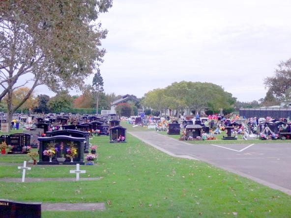 大きな墓地を通る