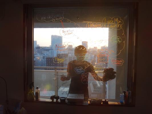 暑い中、窓拭き中