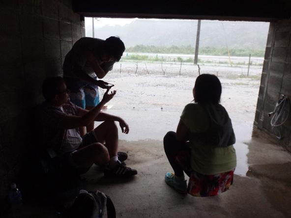 外国人とガレージで雨宿り