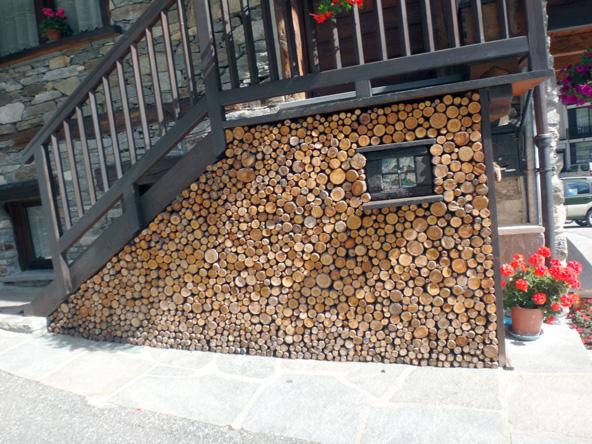 芸術的な薪の積み方