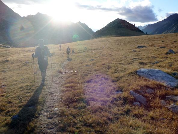 不思議な丘陵地を夕日に向かって走る