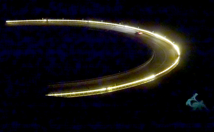 いつも神秘的に光る高速