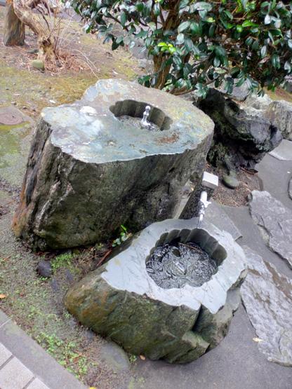 岩をホールソーでくり抜いて作った水場